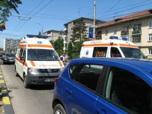 O ambulanţă chemată la un accident rutier a fost deturnată de rudele uneia dintre victime
