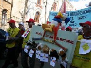 Sindicatele din învăţământ au cerut Avocatului Poporului să sesizeze Curtea Constituţională cu privire la blocarea majorării salariilor. Foto: MEDIAFAX