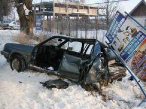 Autoturismul VW Golf 2 a fost aruncat în şanţ, direct într-un panou publicitar