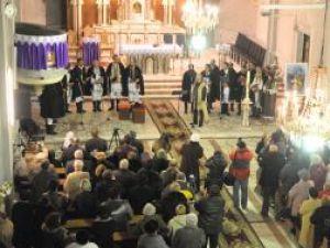 """La sfârşitul concertului susţinut de Grigore Leşe şi grupul """"Flori de măr"""" publicul a aplaudat în picioare"""