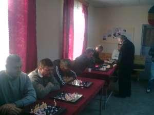 Mai tineri şi mai vârstnici au participat ieri la un simultan de şah susţinut de Mircea Raţă