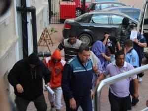Un lot întreg de inculpaţi duşi la arestare e trimis acasă de judecători