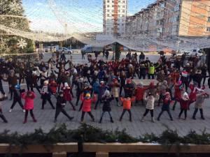 """Campania umanitară """"Cutiuţa veselă"""" a debutat cu un flashmob în faţa Casei de Cultură Suceava"""