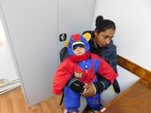 Cerşetori cu copii în braţe sau de mână, depistaţi de poliţiştii locali