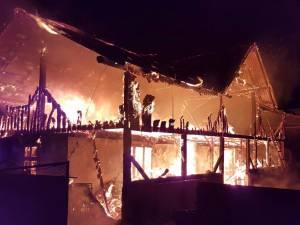 Concert caritabil pentru familia din Mihoveni a cărei casă a fost mistuită de incendiu