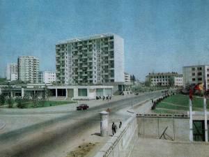 Blocul Lamă din cartierul Areni, construit pe piloţi din beton, în apropierea albiei pârâului care curgea cândva prin zonă