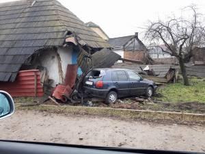 Tânărul șofer a pierdut controlul asupra volanului în curbă