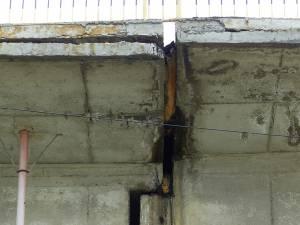 Podul este afectat grav în zona de mijloc