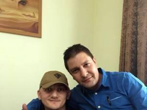 Dan Ciprian Sfichi, stânga, şi poliţistul criminalist Bogdan Bănică