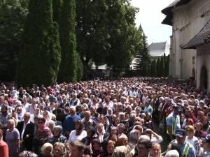 Șase ierarhi, sobor impresionant de preoți și zeci de mii de pelerini şi localnici, la procesiunea de Sânziene