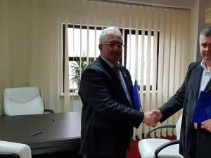 Contractul pentru construirea unui nou pod peste râul Suceava a fost semnat de primarul Ion Lungu cu liderul firmei care a câștigat licitația