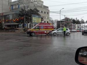 Paramedic SMURD, rănit după ce ambulanța a fost tamponată în intersecție