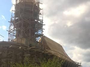 Hoţii au furat tabla pentru acoperiş din interiorul bisericii, unde era pregătită pentru a fi montată
