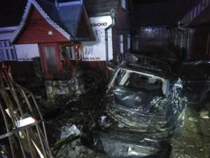 În urma impactului cu gardul metalic și fântâna, autoturismul a fost grav avariat