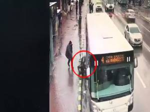 Bătrâna a căzut sub autobuzul de transport public local din care abia coborâse