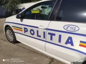 Un adolescent care a furat mașina tatălui, urmărit de polițiști până a intrat într-o stivă de pavele
