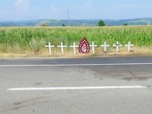 Șapte cruci albe la locul accidentului în care au murit trei membri ai unei familii din Suceava FOTO David Jonathan