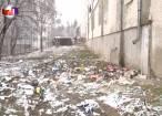 Mormane de gunoi aruncat de la geamurile unui cămin de locuinţe sociale, în incinta unui liceu sucevean