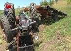 Bărbat prins sub tractorul care s-a răsturnat după ce i-a sărit o roată